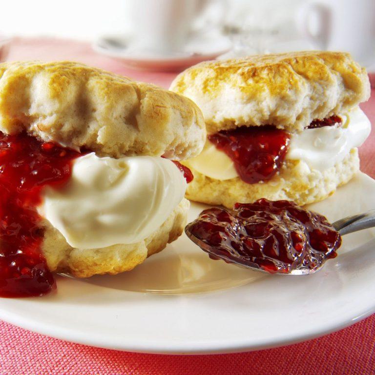 Scones com Compota e Clotted Cream