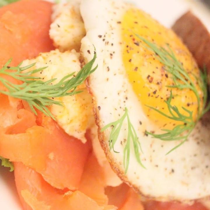 Sanduíche de Salmão Fumado com Ovo e Alface