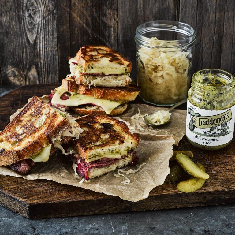 Tosta de Molho de Endro, Queijo Emmental, Rosbife e Sauerkraut