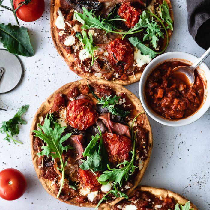 Pizza de Pão Naan com Tomate Assado e Vinagre Balsâmico