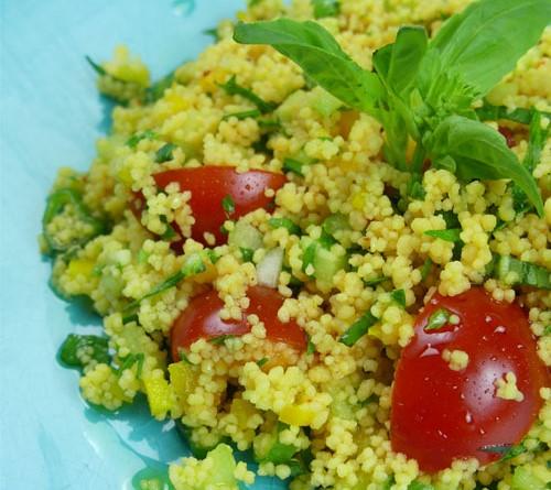 Taboulé de cuscuz de grão de bico e lentilhas de coral