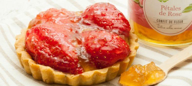 Torta de morango com pétalas de rosa cristalizadas