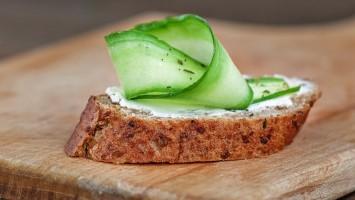 Camembert e pepino em pão estaladiço