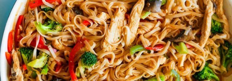 Salteado de Frango com Noodles de Arroz