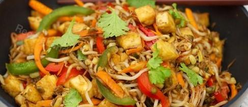 Salteado de Tofu, Brotos de Feijão e Pimento
