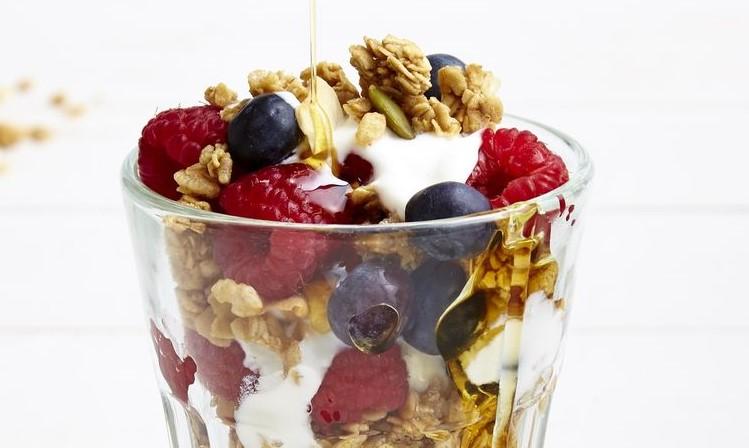 Parfait de iogurte de frutas e granola