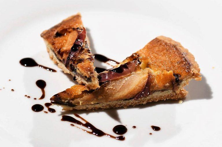 Cheesecake quente com iogurte grego, cerejas e vinagre balsâmico