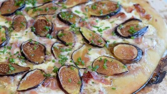 Pizza de figo fresco, presunto e burrata com mel de trufas